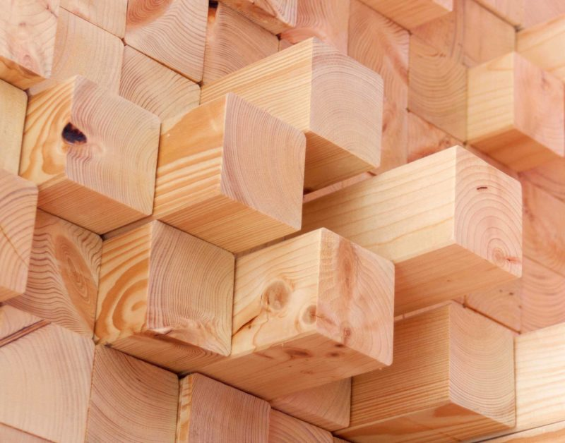 Detalle de escultura mueble asimétrico con multitud de espacios y estanterías, de madera de abeto. Close up of sculpture-like furniture unit with multiple asimmetrical spaces and shelves.